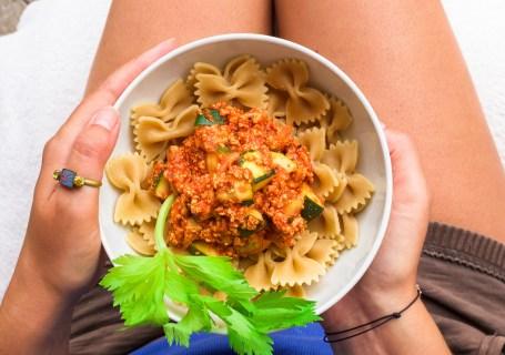 Sommer auf dem Teller: Vegane Tofu-Bolognese mit Farfalle www.greenysherry.com