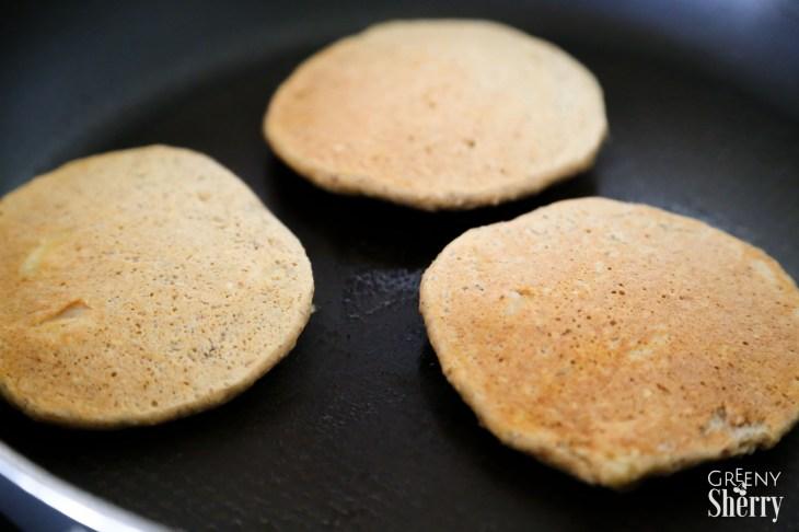 Vegan Basics: Saftige Apfel-Pfannkuchen (GF Option) www.greenysherry.com