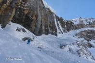 La traversé sur la banquette neigeuse sous les barres rocheuses descendues en rappel.