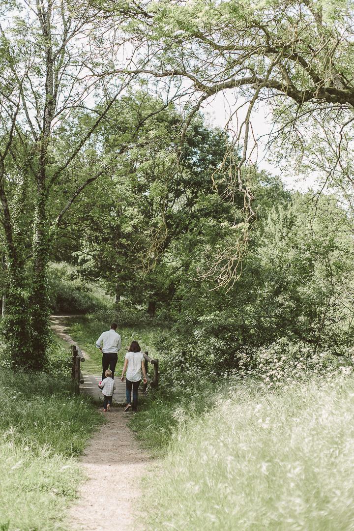 famille de dos dans les boisPhotographe Famille Vendée