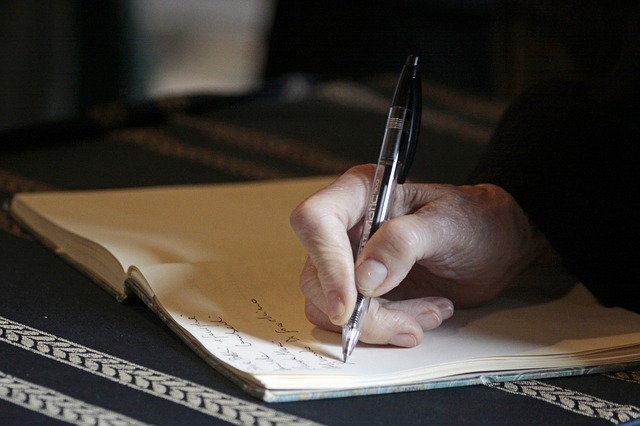 Пишет ручкой