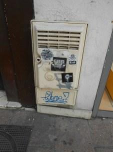 ces stickers pro tags sont partout, notamment place Grenette
