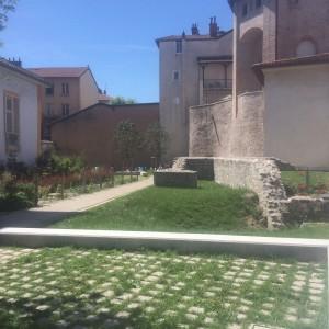 En réalisant le Musée de l'Evêché Alain Carignon Président du Conseil Général fera réhabiliter et ouvrir le petit jardin de l'Evêché mis à la disposition du quartier