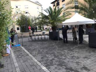 Place Edmond Arnaud ( Très Cloitres) on installe le pupitre sur lequel E.PIolle va parler ...