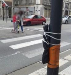 Rue Lesdiguières. Ce feu piéton, d'abord masqué avec des sacs poubelle, a été supprimé.
