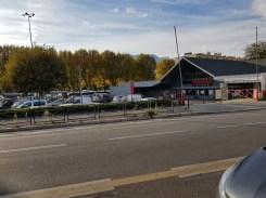La municipalité veut bétonner aussi l'espace de l'Intermarché. Le gérant a appris par la presse qu'il devrait déménager !