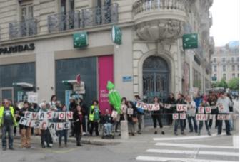 Fabienne Mahrez soutien de Piolle et Alternatiba qui ont table ouverte à Grenoble organisent des diversions devant des agences BNPParibas à Grenoble