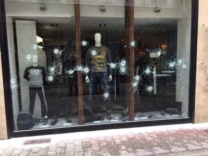 Si ça ne brûle pas on tire: rue des clercs 28 impact de balles dans une vitrine