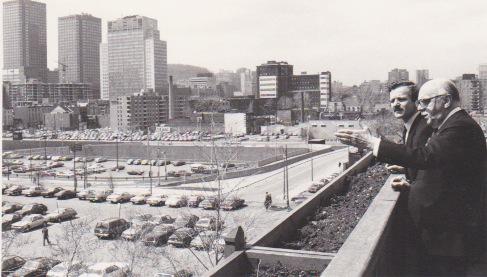 """Alain Carignon , jeune Maire de Grenoble conduit par M.Drapeau, alors Maire de Montréal sur le balcon ou le Général de Gaulle lança son historique """" vive le québéc libre"""""""