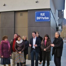 "E.Piolle , E.Martin et R.Avrillier inaugurant pendant la campagne une rue BNPParibas pour protester contre ""l'emprise des banques"""