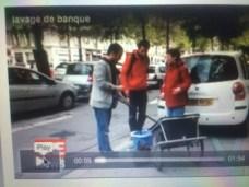 """Yann Mongaburu ( verts/Ades) faisant le travail, Eric Piolle en train de laver la vitrine d'une agence bancaire pour """" nettoyer la finance""""..."""