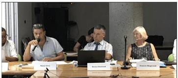 Raoul Urru Adjoint au Maire dénonçant l'autoritarisme et les colères de Francie Mégevand ( ext gauche) devant elle en plein conseil municipal d'Eybens ( photo DL)