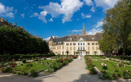 Les mariages et les receptions d'invités de marque se dérouleraient à l'ancienne mairie au jardin de ville