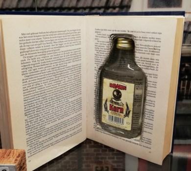 Een fles drank in een boek smokkelen