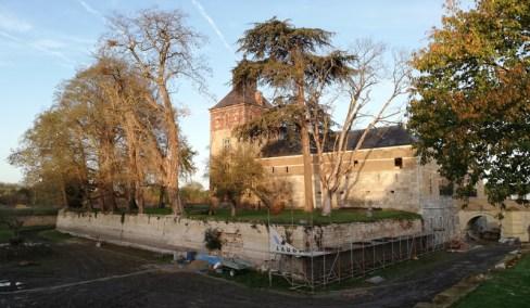 Het kasteel in Borgharen met leegstaande slotgracht, oktober 2020
