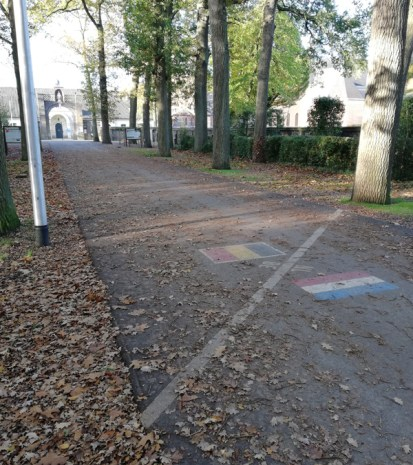 De toegangsweg naar de Achelse Kluis, met grensmarkering