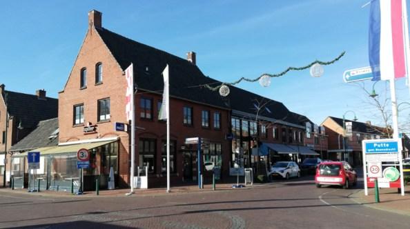 De grens op het kruispunt in het centrum. de grenspaal bij het terras van het café