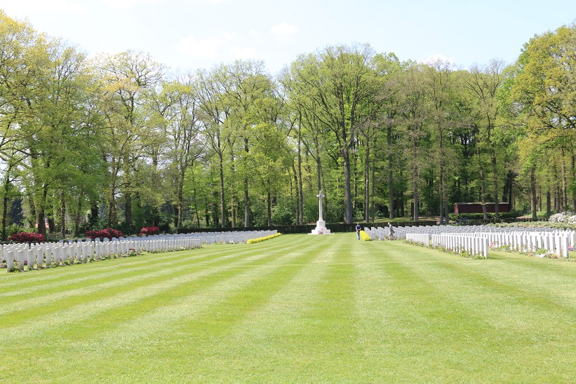 The military cemetery. 1,759 soldiers lie there. The graves are carefully tended. More about the cemetery https://en.wikipedia.org/wiki/Arnhem_Oosterbeek_War_Cemetery