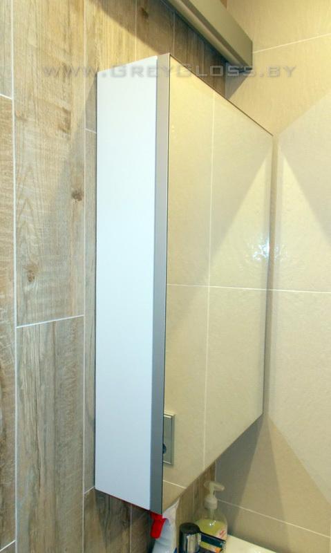 Навесной шкаф с зеркалом в ванной комнате
