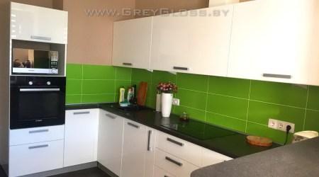 Кухня с белыми глянцевыми фасадами и зелёным фартуком