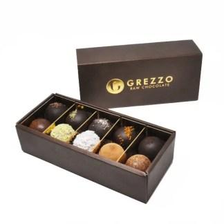 Confezione di dolci misti di cioccolato crudo
