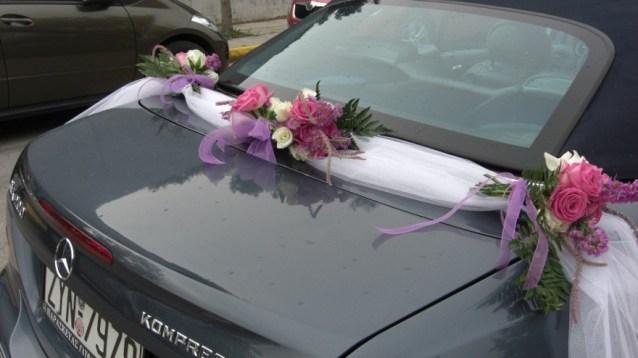 Στολισμός νυφικού αυτοκινήτου με γιρλάντα από ύφασμα (τούλι) και δεμένα μικρά μπουκέτα λουλουδιών - Στολισμός αυτοκινήτου με τούλι