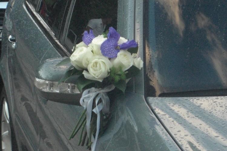 Στολισμός αυτοκινήτου με μεγάλα τριαντάφυλλα avalance και ορχιδέα vanda