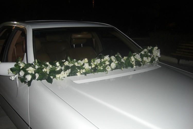 Στολισμός αυτοκινήτου γάμου γιρλάντα με λυσίανθους, φρέζιες
