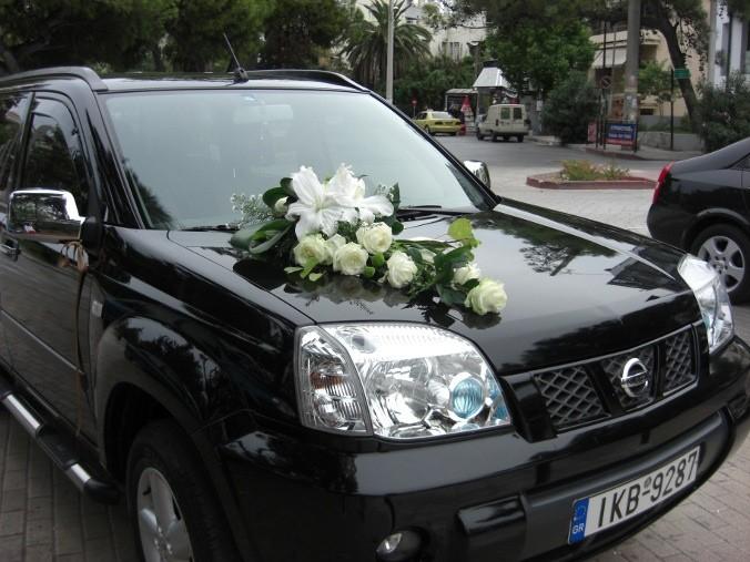 Στολισμός αυτοκίνητου γάμου με μεγάλα λίλιουμ οριεντάλ λουλούδια και τριαντάφυλλα avalance