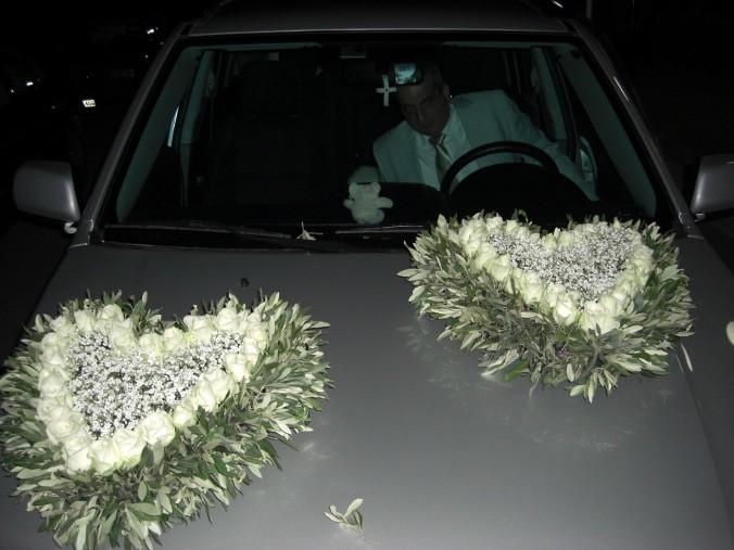 Στολισμός αυτοκινήτου με 2 μεγάλες καρδιές από ελιά, τριαντάφυλλα, γυψόφυλλο