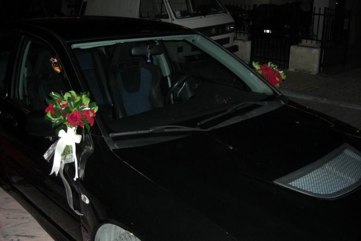 Στολισμός αυτοκίνητου γάμου με κόκκινα μπουκέτα στους καθρέπτες