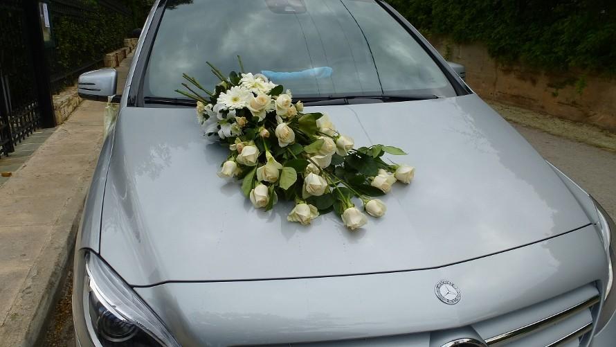 Στολισμός αυτοκινήτου γάμου με μακρόστενη βεντούζα από ιβουάρ τριαντάφυλλα vendela