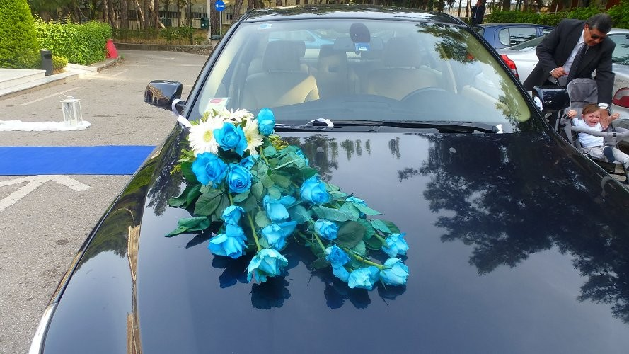 Στολισμός αυτοκίνητου με γαλάζια κατασκευή λουλουδιών