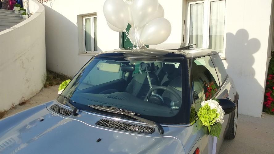 Στολισμός αυτοκινήτου γάμου με μπουκετάκια στους καθρέπτες από λευκή και πράσινη ορτανσία
