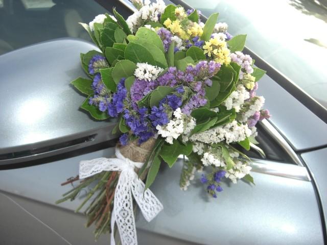 Στολισμός αυτοκινήτου για γάμο με μπουκέτα από αμάραντο στους καθρέπτες