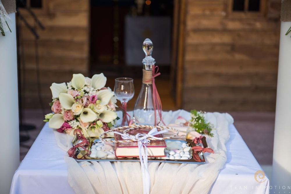 Τραπέζι μυστηρίου στο κτήμα Riviera-eyxesmepetaloudes