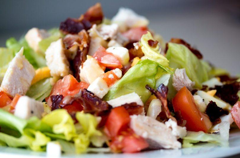 Kvöldmatur á hraðferð Cobb salat með sætri sinnepssósu