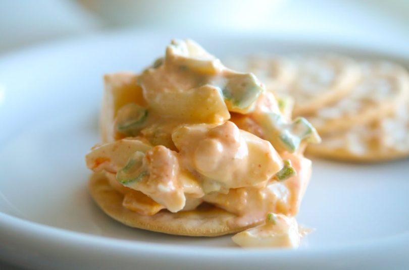 Spicy eggjasalat með vorlauk og grillaðri papriku