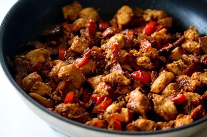 Spicy kjúklingaréttur með stökku beikoni