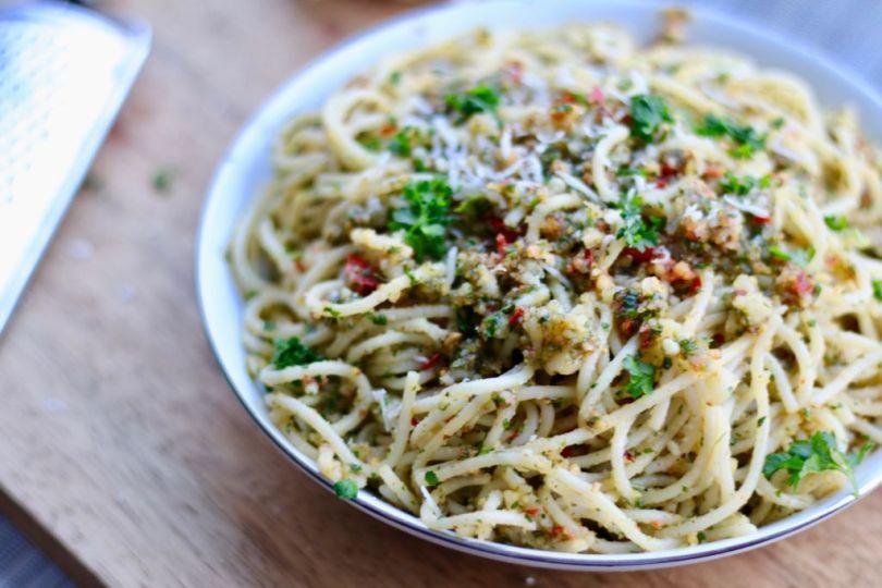 Spaghetti með hvítlauk, chilí og valhnetupestói