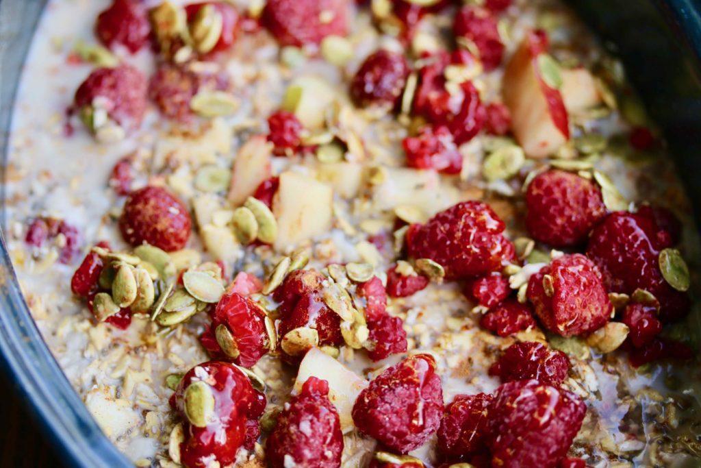 Ofnbakaður hafragrautur með eplum, berjum, fræjum og hunangi