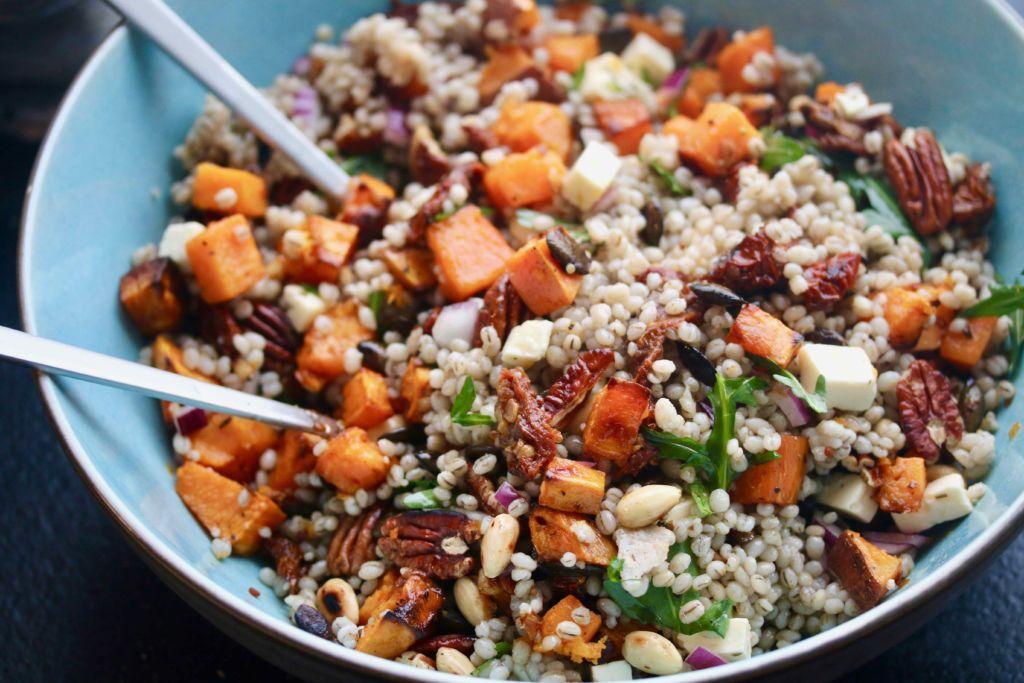 Salat með byggi, sætum kartöflum, graskersfræjum og hvítlauk
