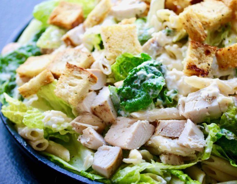 Gúrm Cesar salat með penne pasta