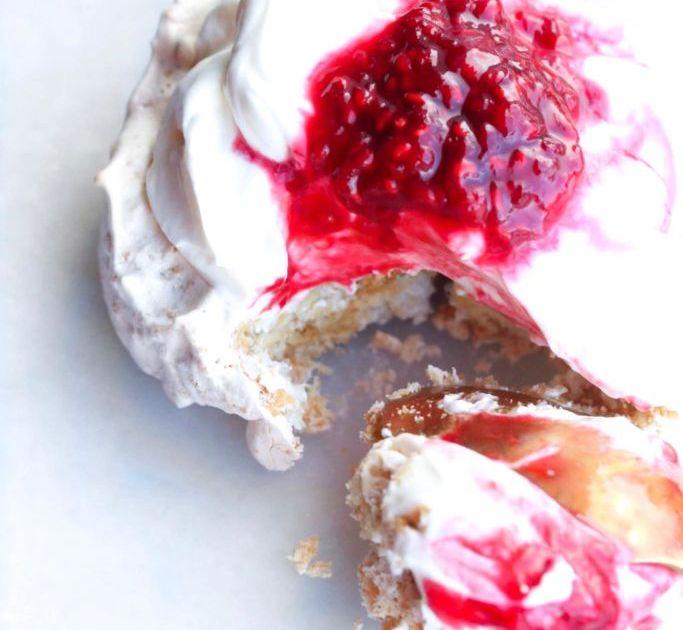 Tuc marengs með vanilluskyrkremi og hindberjasósu