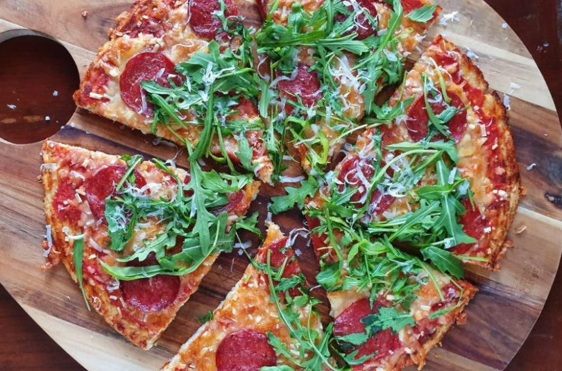 Keto pizza með chorizo, klettasalati og parmesan