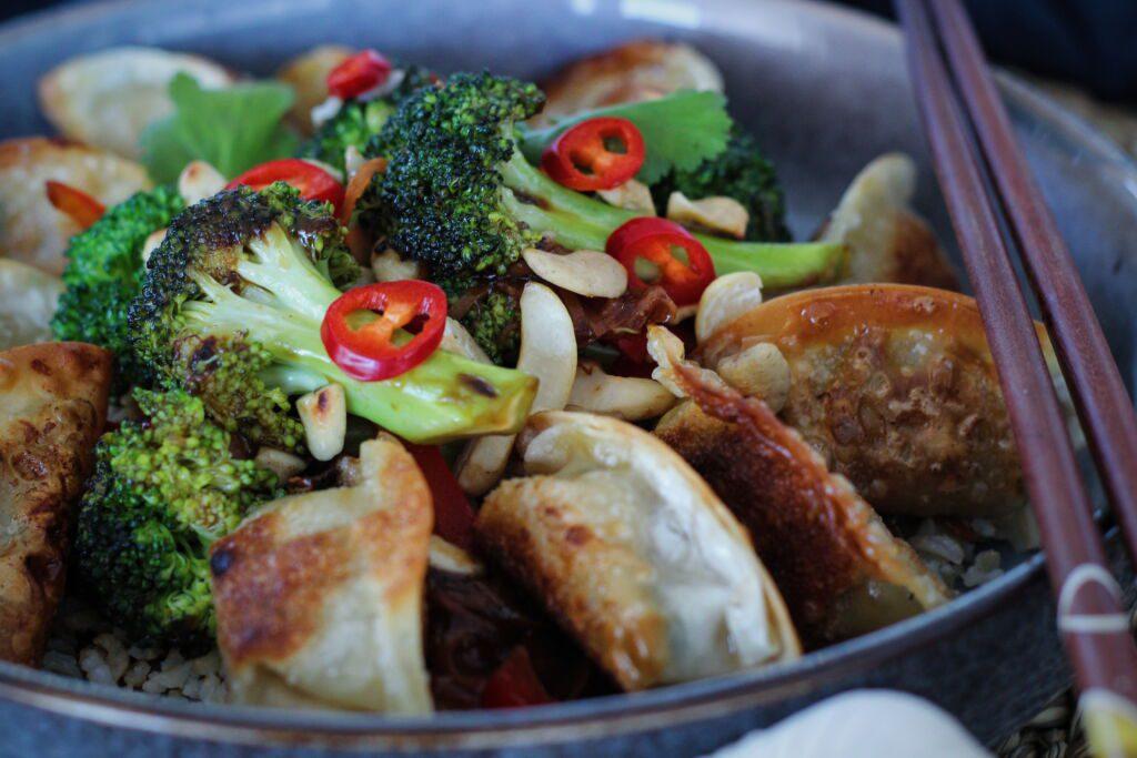 Himneskir vegan dumplings með brokkolí og hýðishrísgrjónum