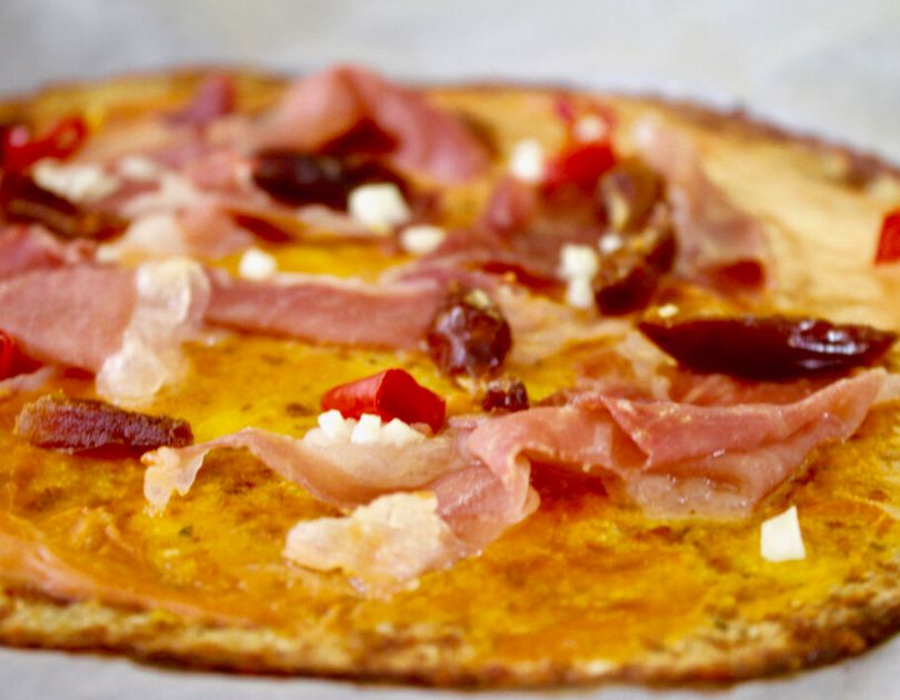 Heimsins besta blómkálspizza með rjómaosti, parmaskinku, chilí og döðlum