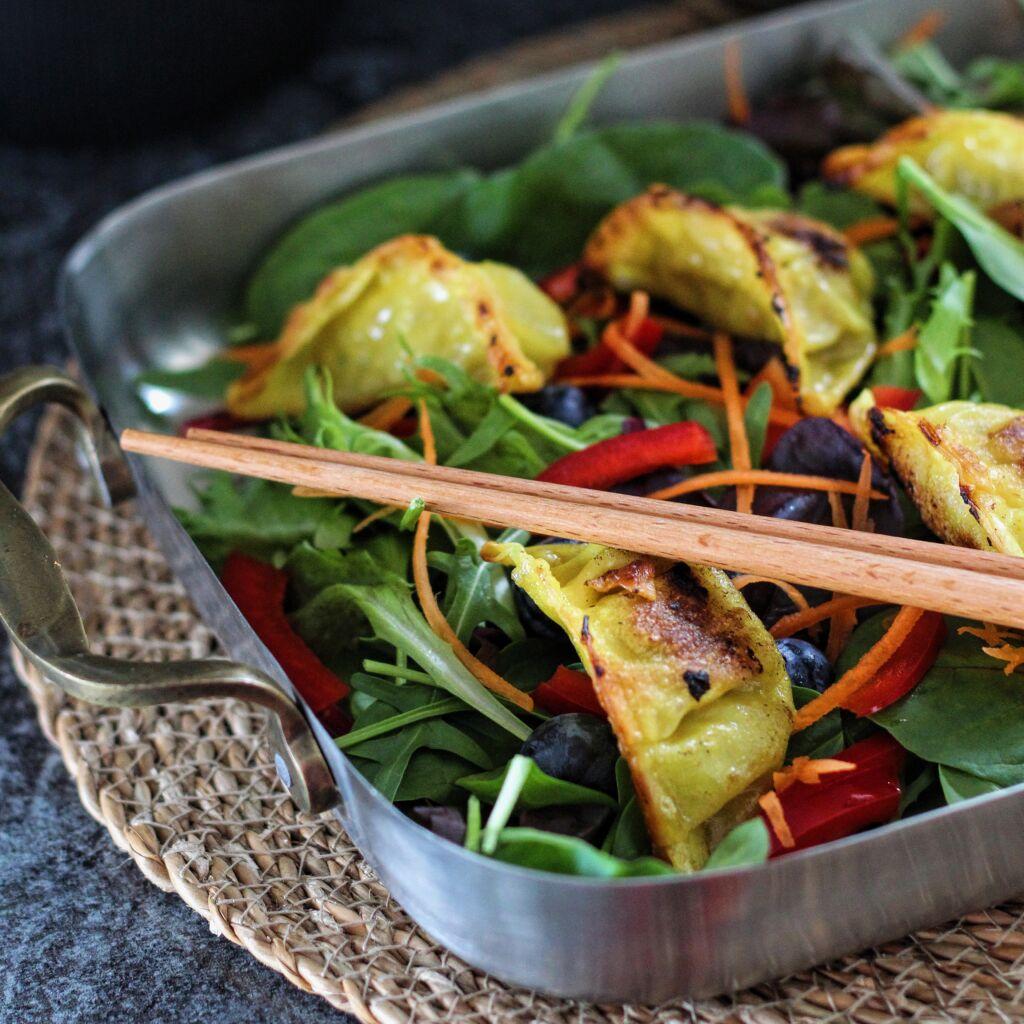Litríkt salat með dumplings og japanskri dressingu