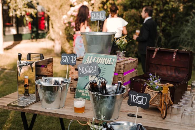 corner de cervezas artesanas con grifo de cerveza mahou y Alquiler de grifo de cerveza. Servicio de bebidas para eventos, cumpleaños, despedida de soltero, fiestas privadas, comuniones