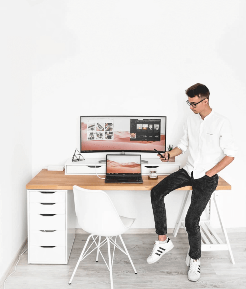 7 Best Minimalist Desk Setups For Your Workspace